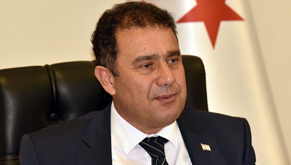 Askerlik (Değişiklik) Yasa Tasarısı hakkında konuşan Başbakan Ersan Saner, tasarı ile en önemli değişikliğin askerlik bedelinin TL ile ödenebilmesi imkânı olduğunu ifade etti