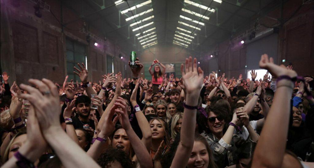 İngiltere'de aylar sonra gece kulübünde binlerce kişiyle ilk eğlence