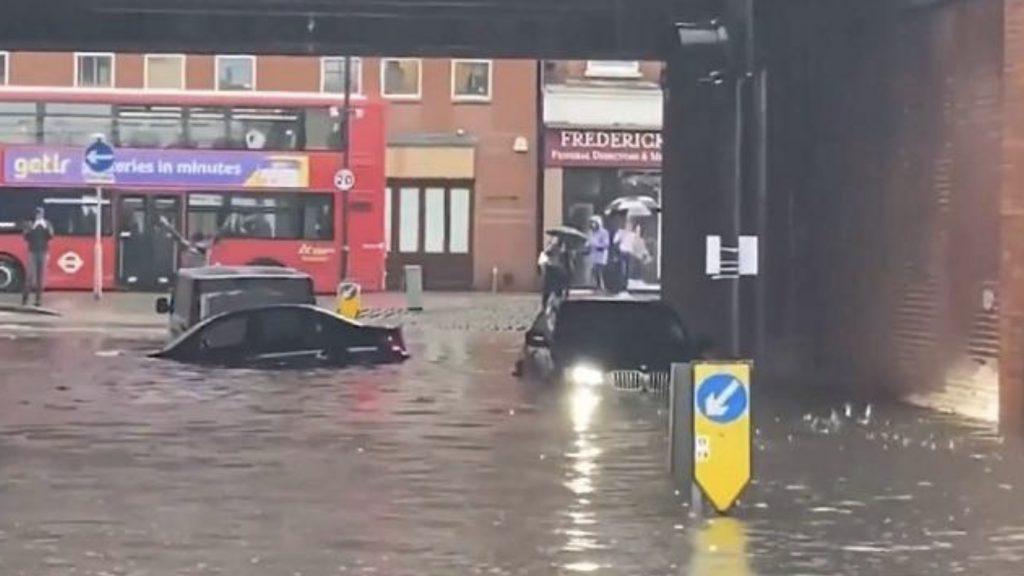 İngiltere'de otoyollar ve metro istasyonu sular altında kaldı