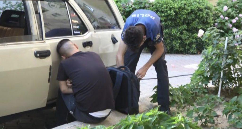 Hırsızlık şüphelisi, girdiği otomobilde uyuyakaldı