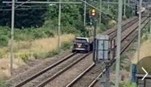 Polisten kaçan 'çalıntı araba' Cheshunt tren istasyonunda, tren raylarında terk edildi…